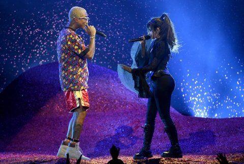 dúo explosivo. La premiada Camila Cabello cantó su hit Havana junto a Pharrell Williams.