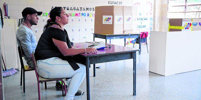 elocuente. Una mesa electoral en Caracas el domingo, a la espera de los votantes que no fueron. Se cree que la abstención fue récord. <br>