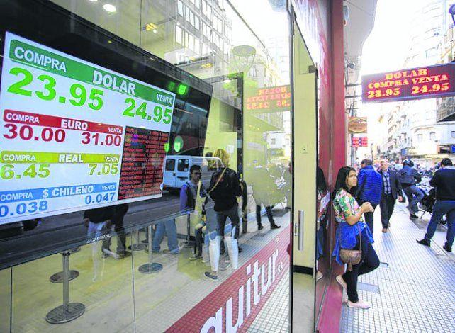 Abajo. En el sector mayorista la divisa cerró en $24
