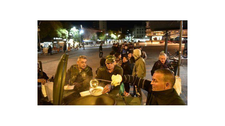 para todos. En la plaza Montenegro muchas personas se reúnen para esperar a los exsoldados que les llevan el alimento del día.