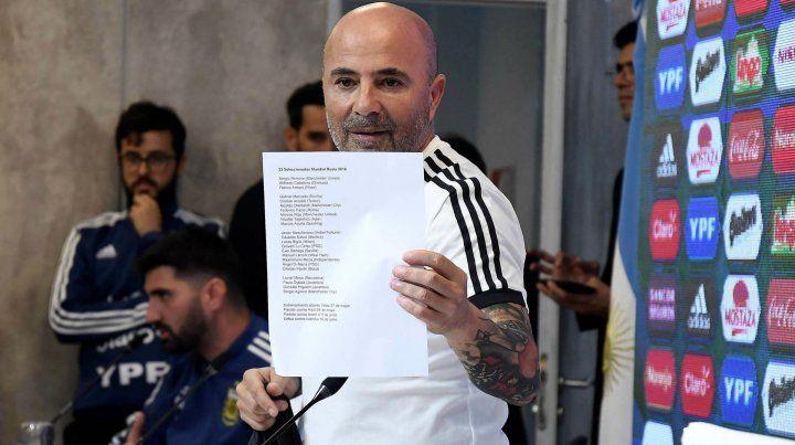 La lista. Sampaoli muestra la hoja en la que figuran los jugadores que irán al Mundial de Rusia.
