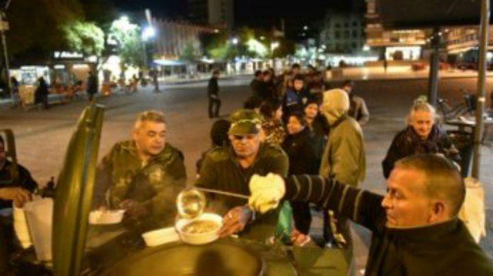 En la Plaza Montenegro muchas personas se reúnen para esperar a los excombatientes que les llevan alimentos.