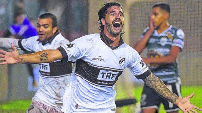 Chino goleador. Vizcarra grita con el alma el gol en la final de la B Metropolitana que terminó con el ascenso de Platense.
