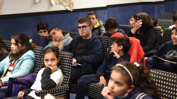 Clase para alumnos dictada por el escritor Pepo Foulques, en el Auditorio de La Capital