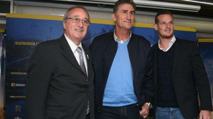 Feliz. El Patón posó para la foto junto al presidente Raúl Broglia y el mánager Mauro Cetto.