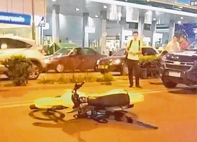 El lugar del hecho. La moto quedó en la calzada luego del impacto fatal del 17 de marzo de 2017.