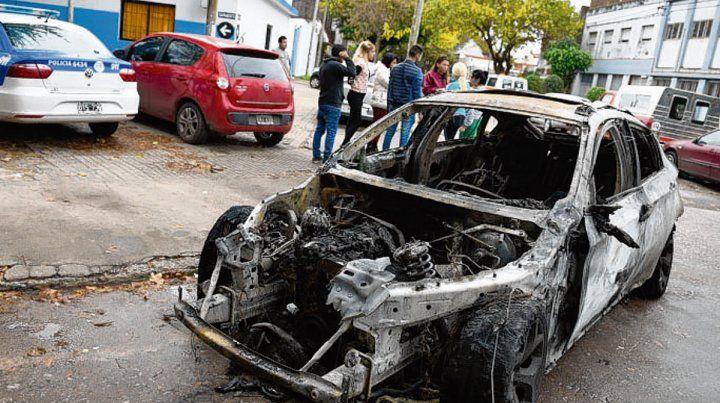 devorado por las llamas. El vehículo que incendió el imputado.
