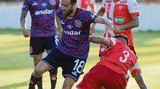 Calidad y fútbol. El Chelito Delgado volvió a jugar y demostró que sigue intacto.