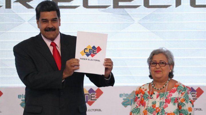 Aislado. Maduro recibe las credenciales como ganador de los polémicos comicios en la sede del CNE