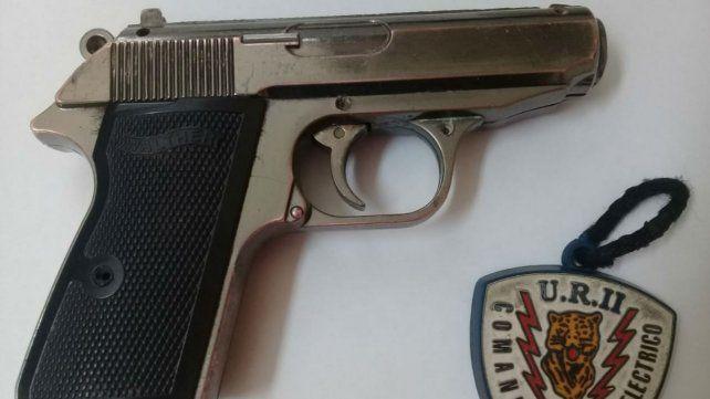 La réplica de pistola utilizada por el delincuente.