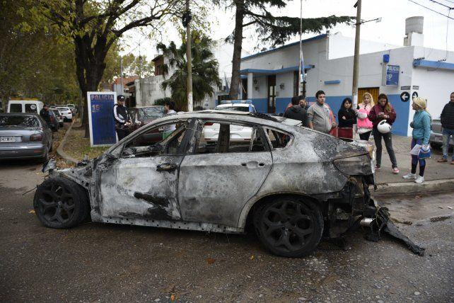 El vehículo destrozado fue conducido a la comisaría 15ª.