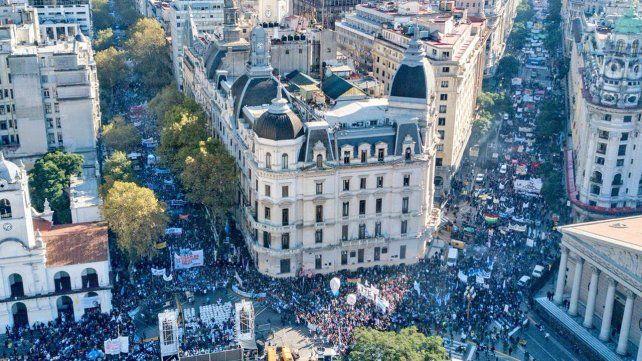 Con una masiva marcha, los docentes reclamaron paritarias nacionales