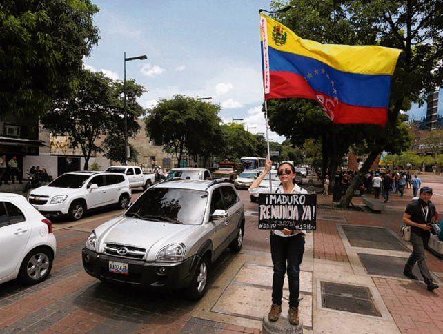 Tensión. Una manifestante antichavista pide la renuncia del jefe de Estado.