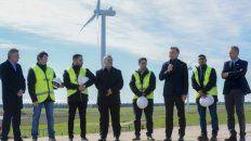 viento. El presidente Macri, junto a Aranguren, inauguró un parque eólico en Bahía Blanca.