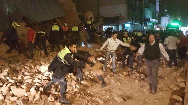 Se derrumbó un teatro abandonado en Tucumán y hay al menos un muerto