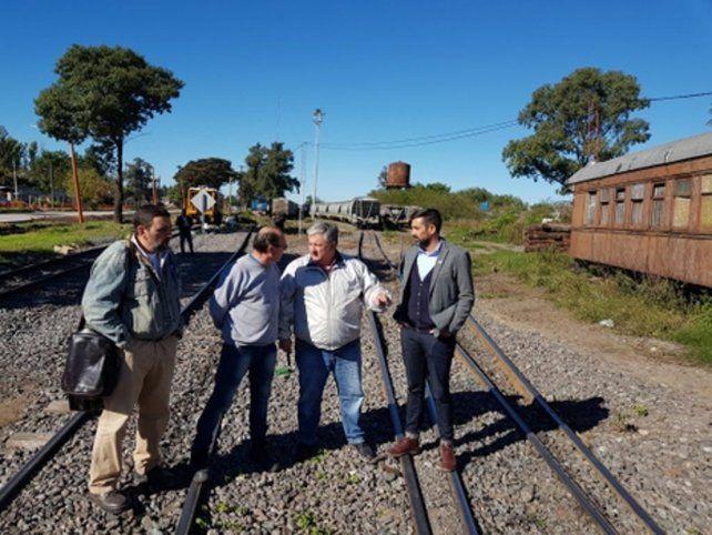 in situ. González y los directivos recorrieron las instalaciones ferroviarias.
