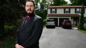 Un juez ordenó a un hombre que deje la casa de sus padres