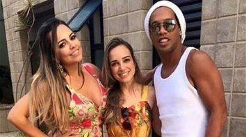 El brasileño Ronaldinho se casa con sus dos novias