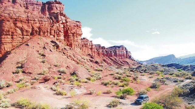 Paseo. La excursión al Cañón del Triásico se realiza con camionetas 4x4. Los paisajes muestran las distintas formaciones geológicas.