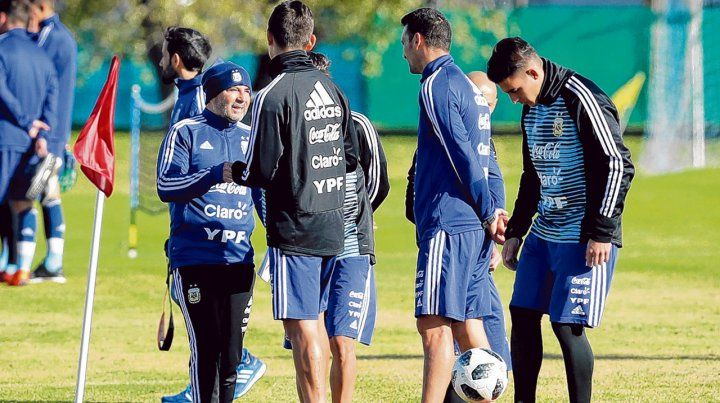 Zurdo en acción. Sampaoli charla con algunos jugadores durante el entrenamiento en el predio de Ezeiza. El DT contó que Mercado está mejor y llegará bien al Mundial.