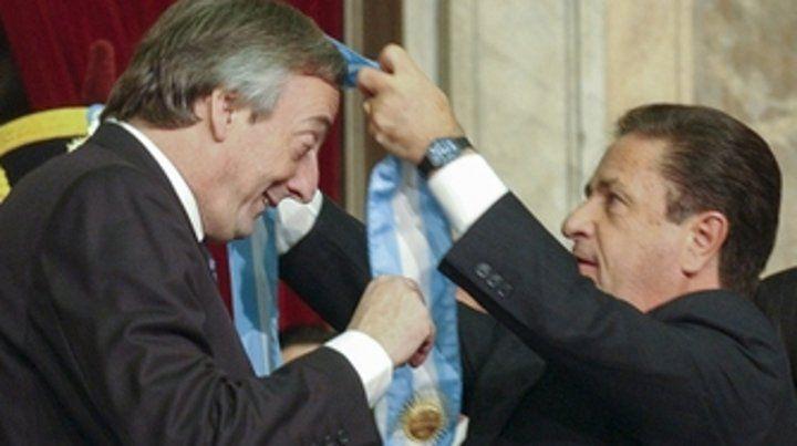 Traspaso. Kirchner recibe los atributos del poder de mano de Duhalde.