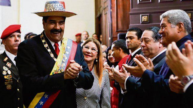 Posesión. Maduro celebra junto a su esposa en la Asamblea Constituyente.