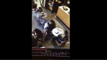En acción. La pareja de ladrones fue captada por la cámara de un local.