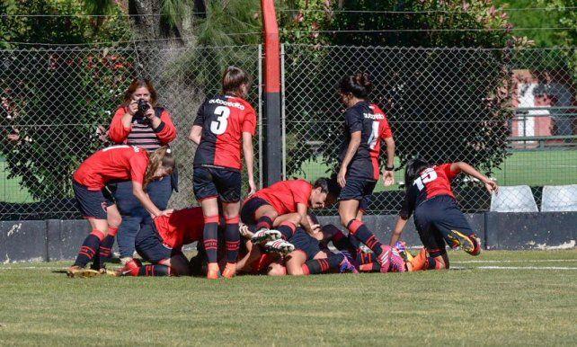 Dezotti acaba de marcar el segundo tanto rojinegro y celebra junto a sus compañeras.