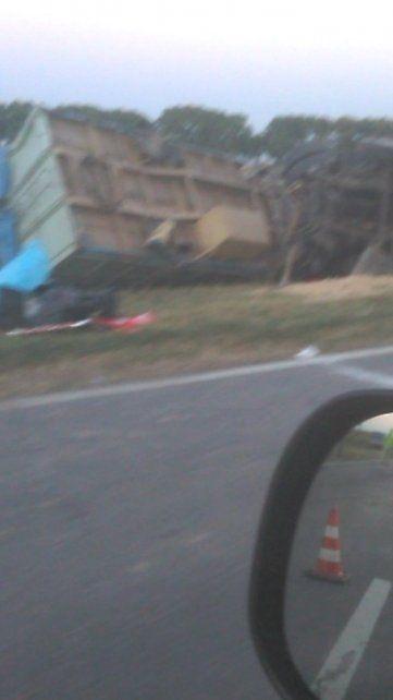 El camión quedó volcado a la vera de la ruta 34. (Foto: vía twitter @pablito2500)