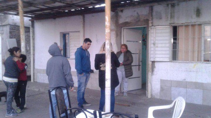 Santa vive con su nieta de ocho años en esta casa de barrio la Lagunita.