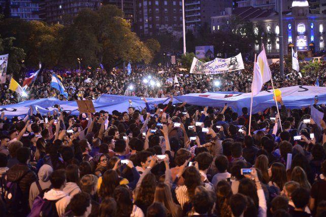 Miles de jóvenes cantaron letras religiosas frente al mástil mayor del Monumento.