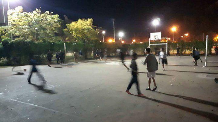 Afuera. Los chicos del club entrenando en la plaza.
