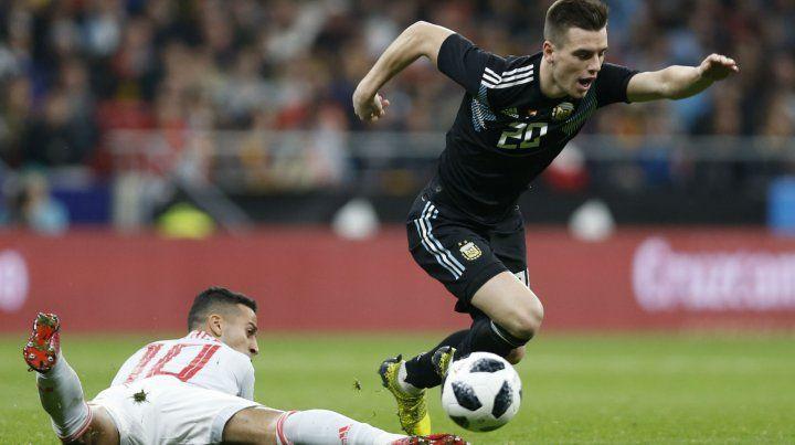 Giovani Lo Celso supera a Thiago Alcantara en el amistoso entre Argentina y España