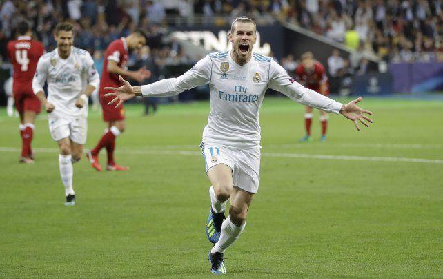 Gareth Bale acaba de marcar el segundo tanto del equipo merengue y lo festeja.
