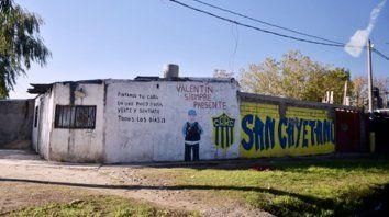 El lugar donde mataron a Emiliano Villalba, junto a un mural que recuerda al desaparecido Valentín Reales .