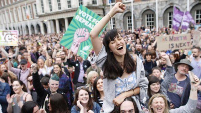 Los partidarios del Sí celebraron la aplastante victoria frente al Castillo de Dublín. El resultado del referendo cambiará la Constitución irlandesa.