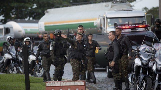Operativos. Militares intentan desbloquear el paso de camiones cisterna hacia las refinerías de Río de Janeiro.