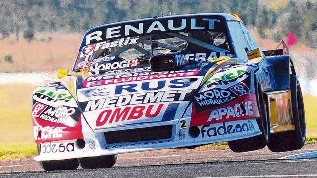 Torazo. El Flaco Ardusso se las ingenió con el Torino para mezclarse entre los Ford en el autódromo de Concordia. El piloto de las Parejas estableció el 7º mejor tiempo.