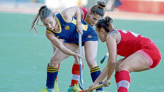 Lucha. La defensora y volante Martina Ferrazini (GER) intenta salir del asedio y la doble marca de Paula Montoya y Julieta Acosta.