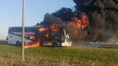 Un colectivo fue devorado por las llamas en la ruta 34