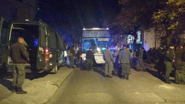La llegada. Los gendarmes arribaron en un nutrido grupo a la ciudad para el operativo.