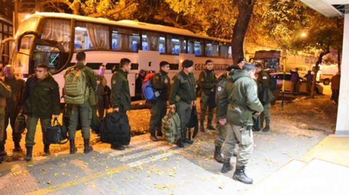 Recién llegados. Algunos efectivos de Gendarmería arribaron anoche en  colectivos y unidades de traslado