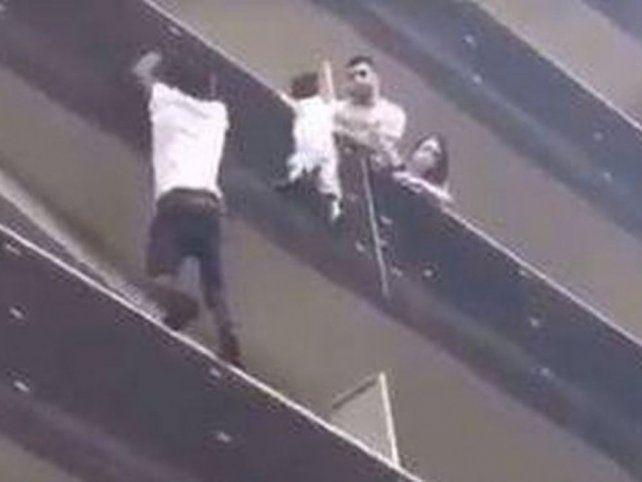 Heroico. El joven malí trepó con agilidad y salvó al chico que estaba por caer de un balcón.