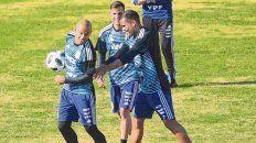 La bocha es mía. El jugador oriundo de San Lorenzo se divierte en el Ducó con Gabriel Mercado.