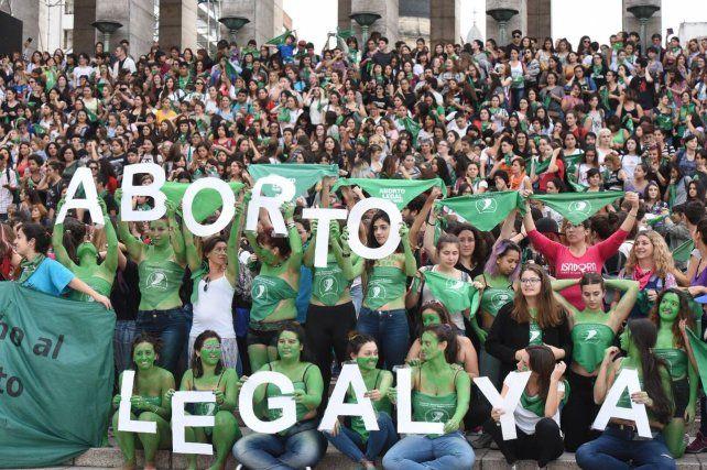 Las mujeres hicieron un pañuelazo federal en el monumento a la bandera para pedir por la ley de Aborto Legal Ya.