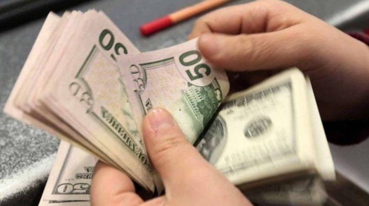 El dólar sigue su tendencia en alza y ya pasó los 28 pesos