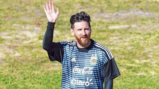 Dice adiós. La Pulga saluda al público en la práctica abierta que realizó la selección en la cancha de Huracán.