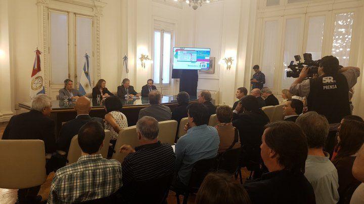 Las autoridades provinciales y municipales durante la apertura de sobres.