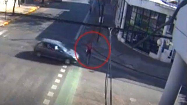 Una ciclista fue atropellada en San Luis y Pueyrredón y quedó todo filmado