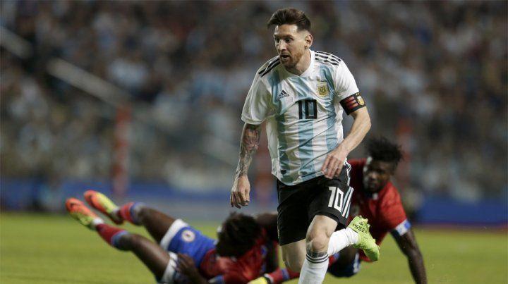 En el camino. Dos haitianos chocan entre sí luego de ser superados por Leo Messi.